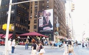 """Painel do site nas ruas de Nova York. """"A vida é curta. Tenha um caso"""", diz o anúncio"""